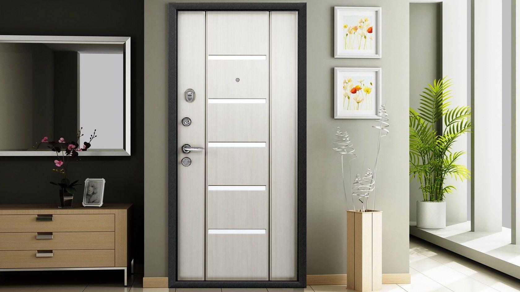 белая дверь в квартиру