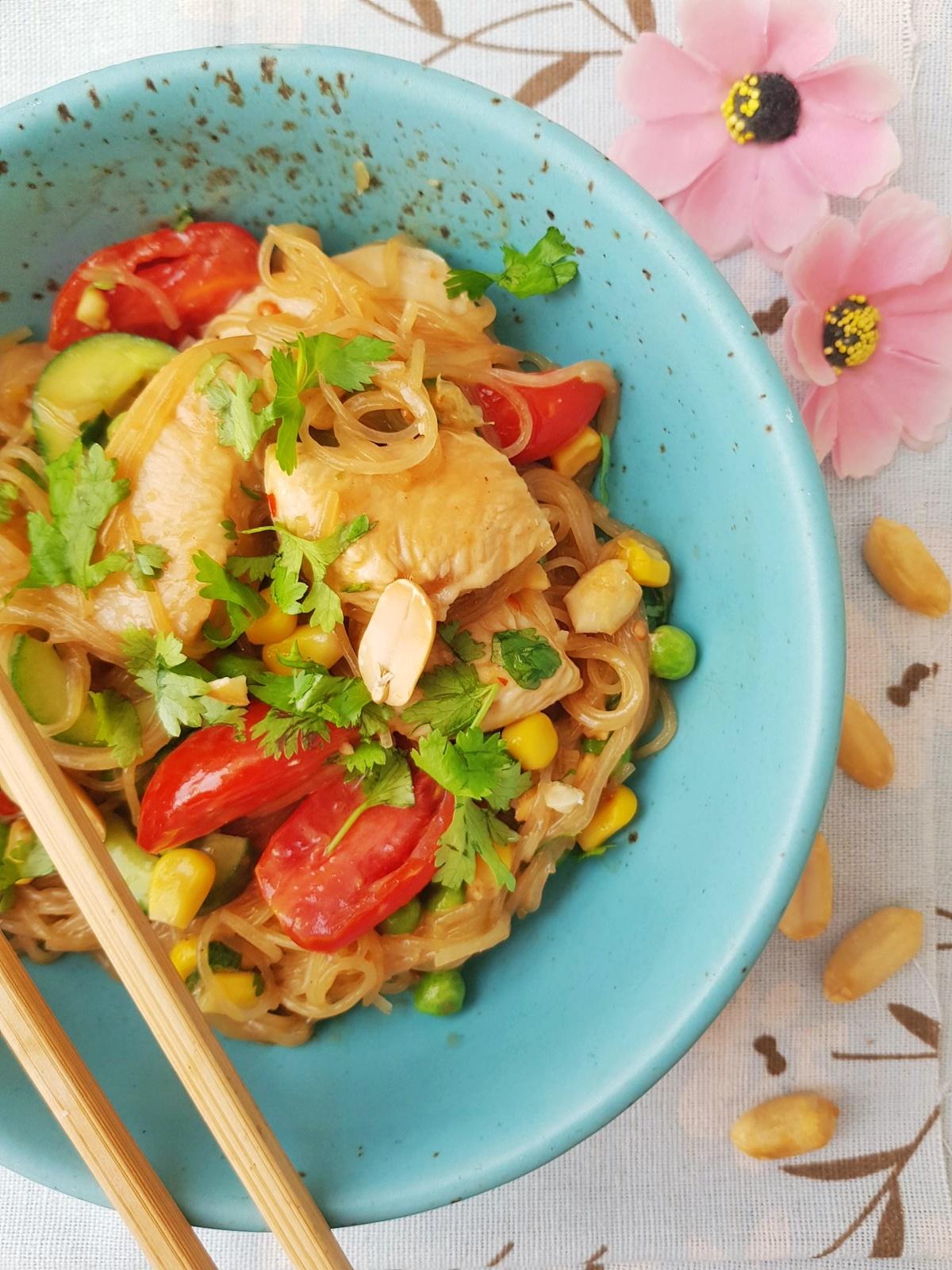Вкусный и полезный летний салат из лапши Фунчоза, с жареной куриной грудкой и арахисовым сладко-острым соусом. Фото рецепт.