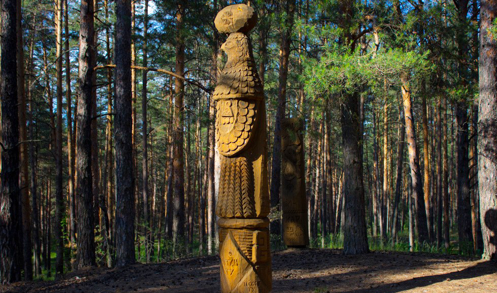 Скульптура матери-орлицы в парке «Сувар»