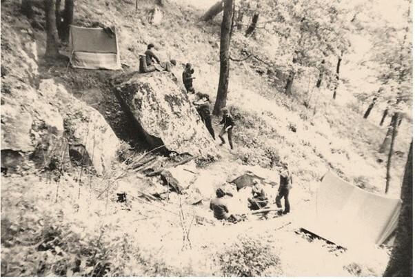 Палаточный лагерь на склоне Фонарь-горы и каменная глыба, на которой установлен мемориальный знак - фото