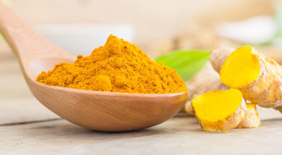 Куркумата е подправка, използвана в Азия, която влиза в състава на къри и се отличава с жълтия си цвят. Куркуминът е мощно биоактивно съединение с антивъзпалителни действия.