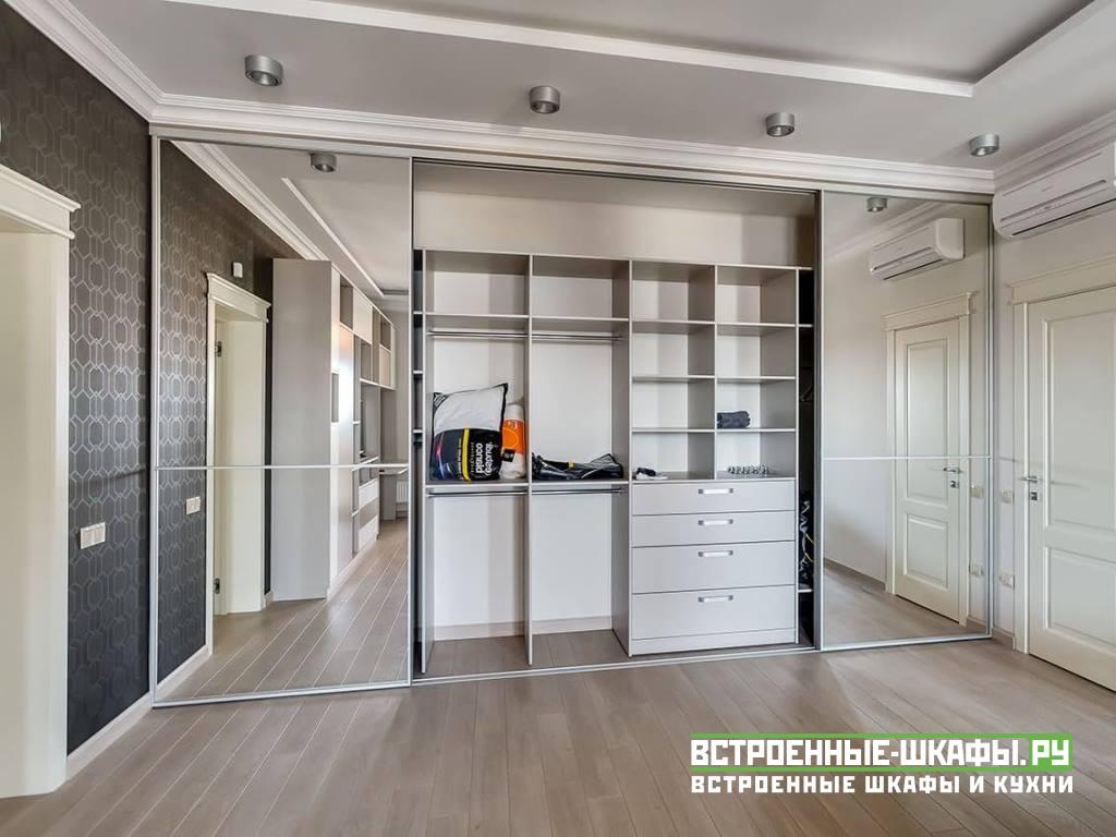 Встроенный шкаф купе во всю стену с матированными зеркалами