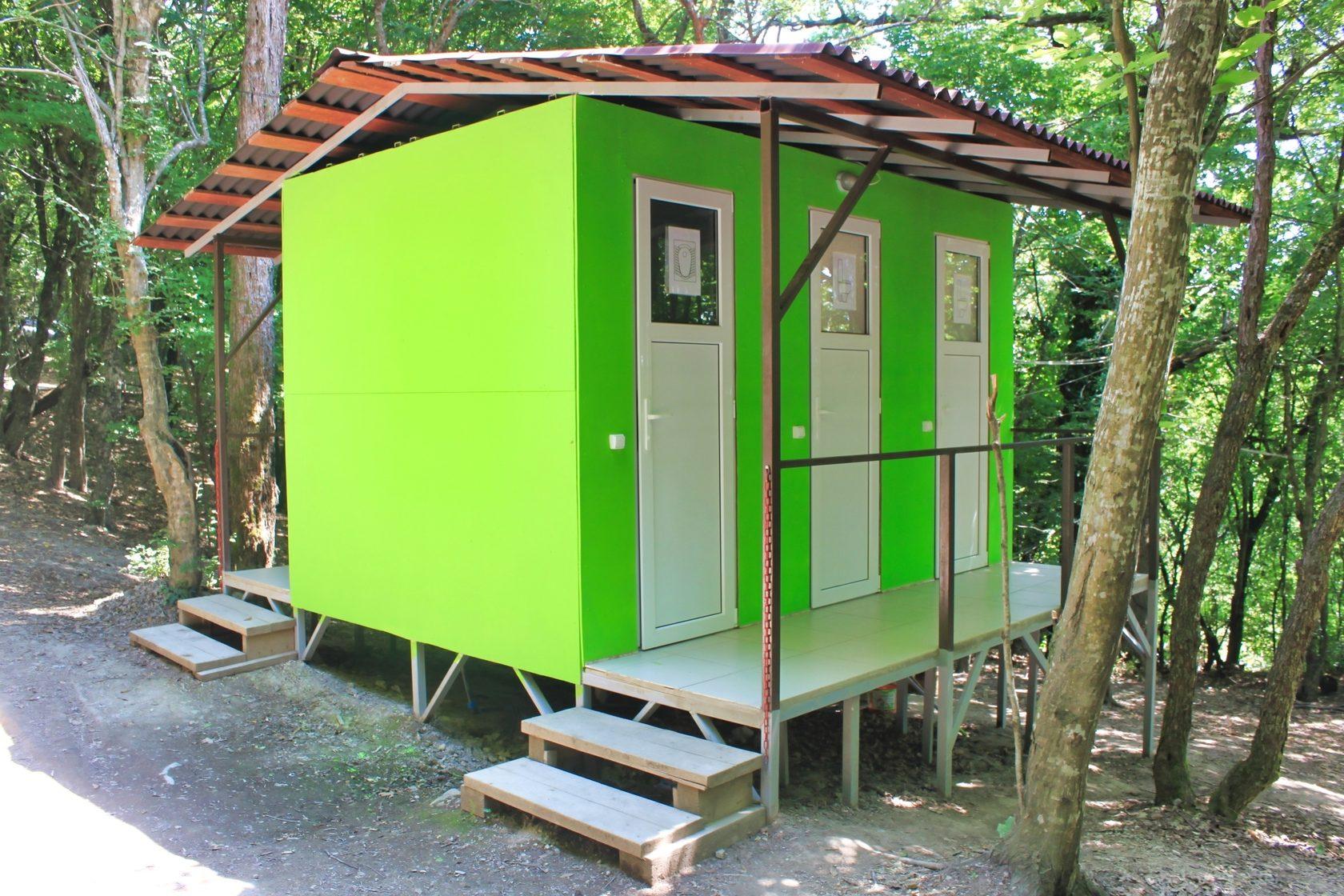 Туалеты в автокемпинге Енот, Лермонтово