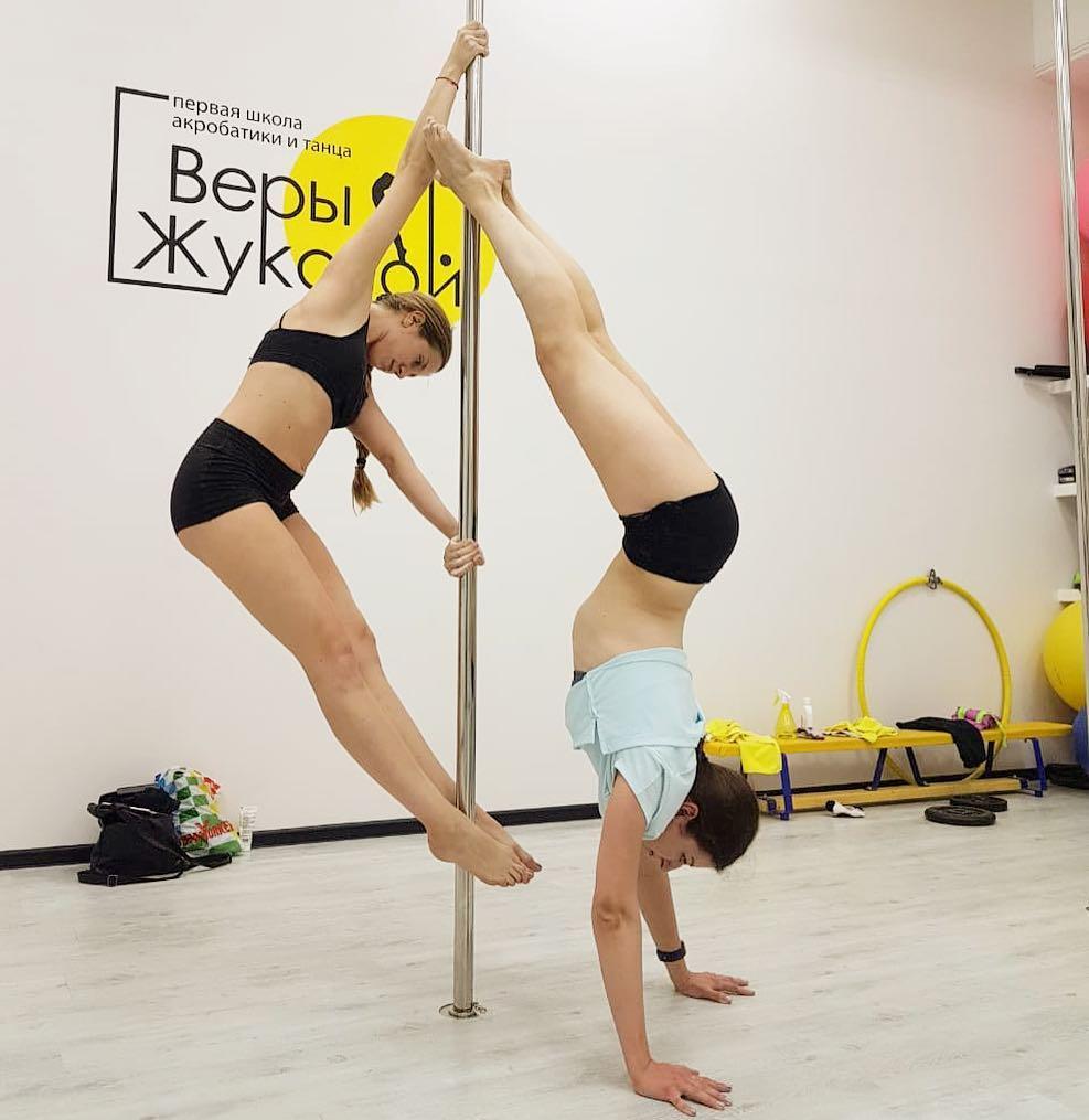 Сексуальный танец с элементами гимнастики