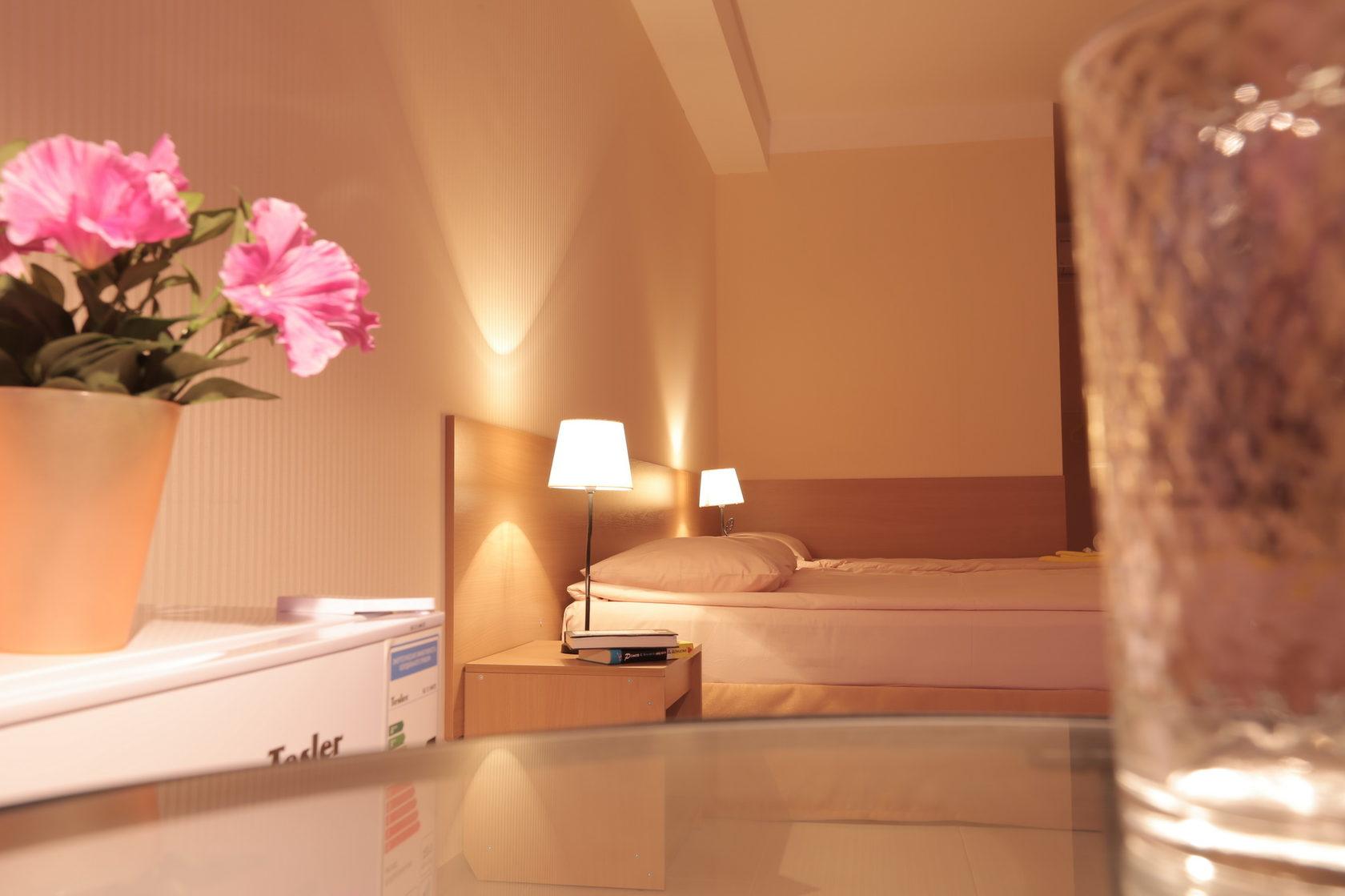 Кровати трехместного номера Стандарт в отеле Марсель, Лермонтово