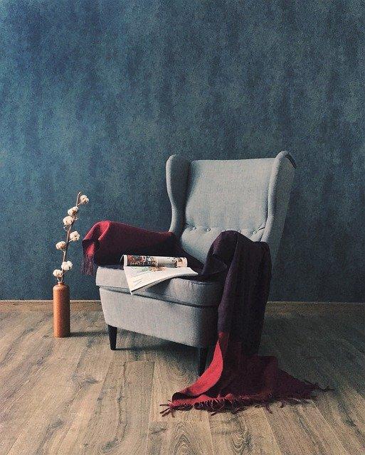 Серое кресло с красным покрывалом