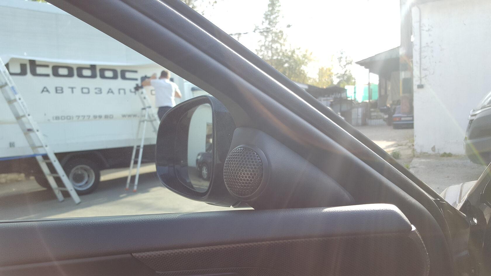 подиум в уголках зеркал под твитеры в jaguar xe