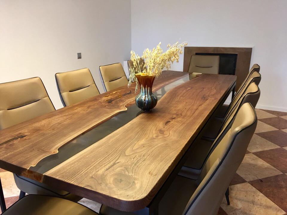 Tavolo da pranzo in legno massello e resina lungo 240cm