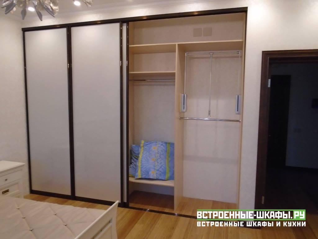 Встроенный шкаф купе в проеме между стен