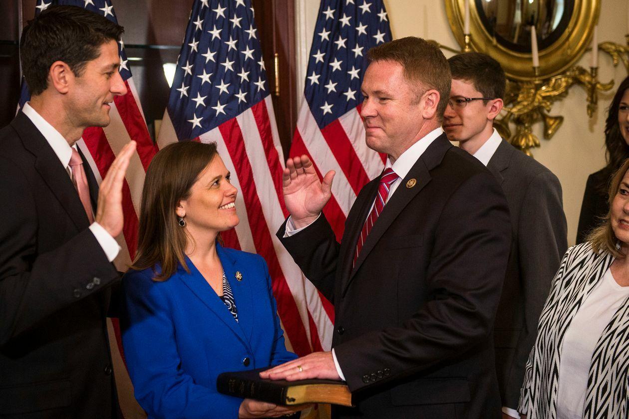 Конгрессмен Warren Davidson приведен к присяге бывшим спикером Палаты представителей Paul Ryan в 2016 году.