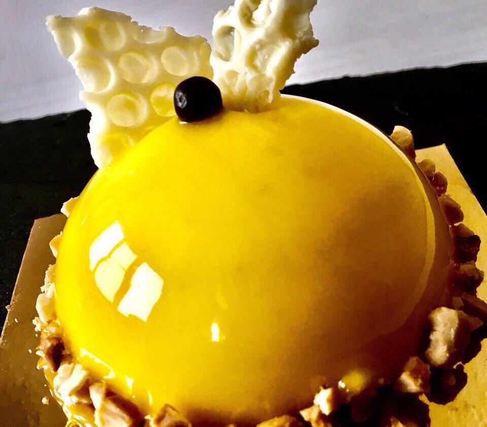 ярко-желтый декор пирожного