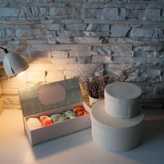 Луксозната подаръчна кутия Ефреа съдържа 5 ефирни шала и е оригинален подарък, с който да зарадваш близък човек или себе си.