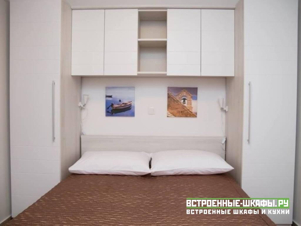 Шкаф буквой П-вокруг кровати в спальной комнате