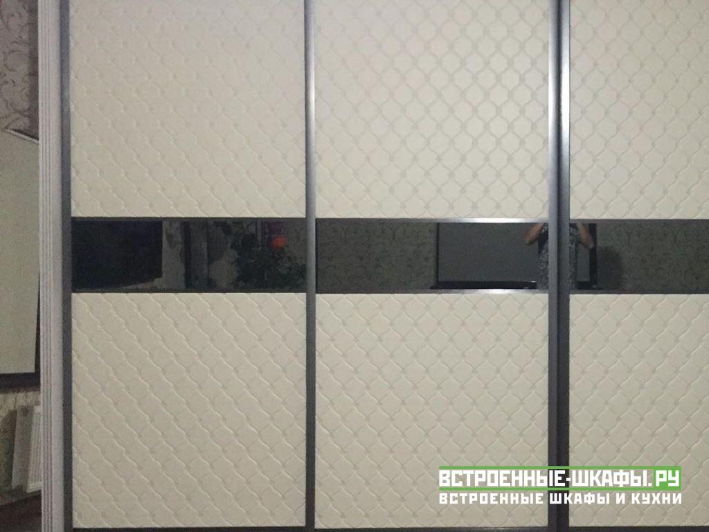 Встроенный шкаф купе с белыми вставками из экокожи