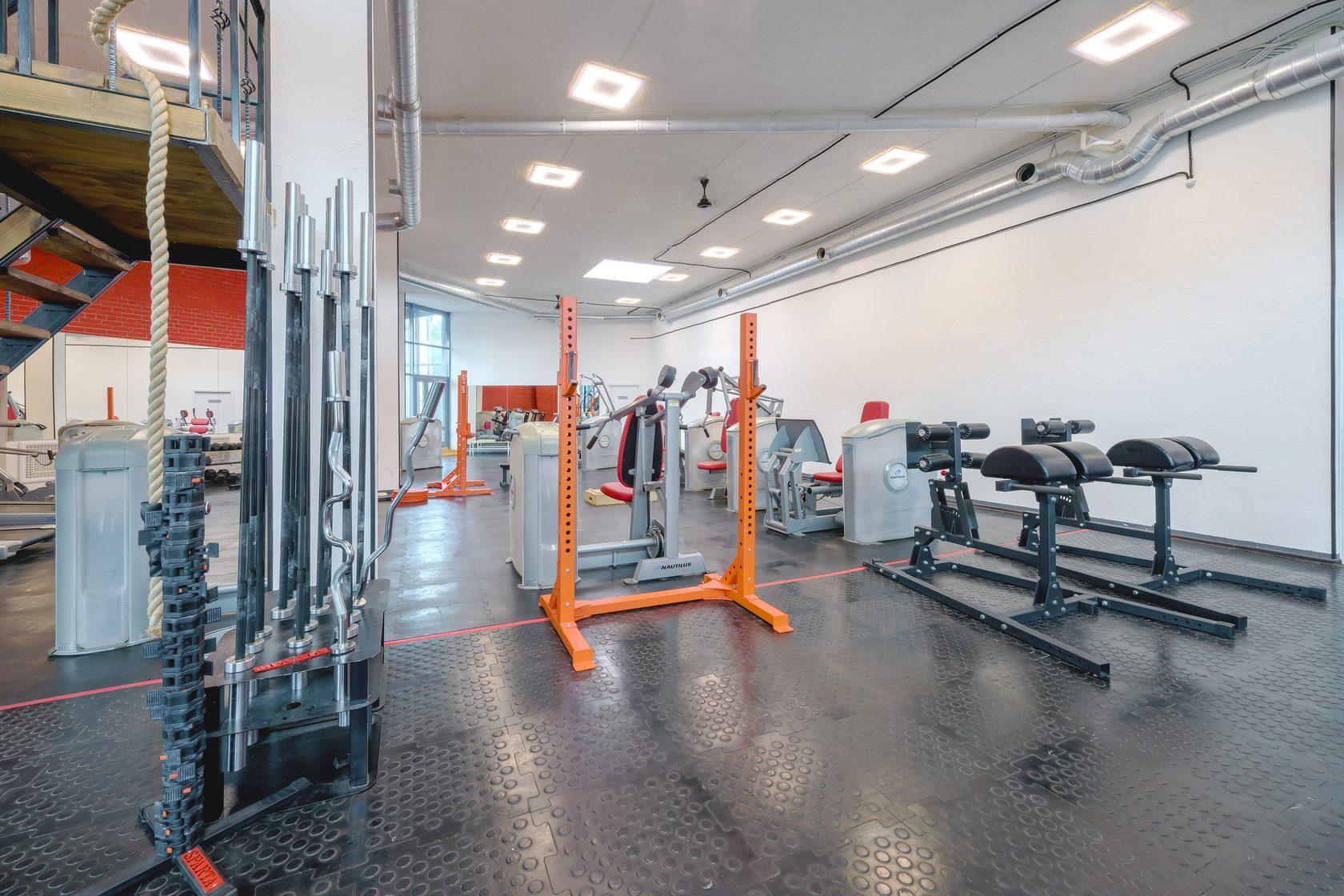 Российский рынок фитнес-услуг постоянно растет, и каждый владелец спортивного заведения активно привлекает аудиторию, создавая конкурентоспособную среду и лучшие возможности для поддержания здоровья и духовного развития клиентов.