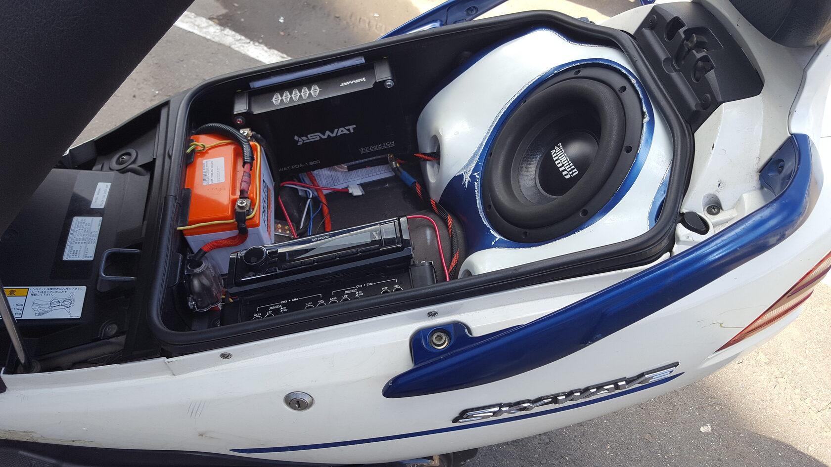установка сабвуфера на скутер сузуки скайвей