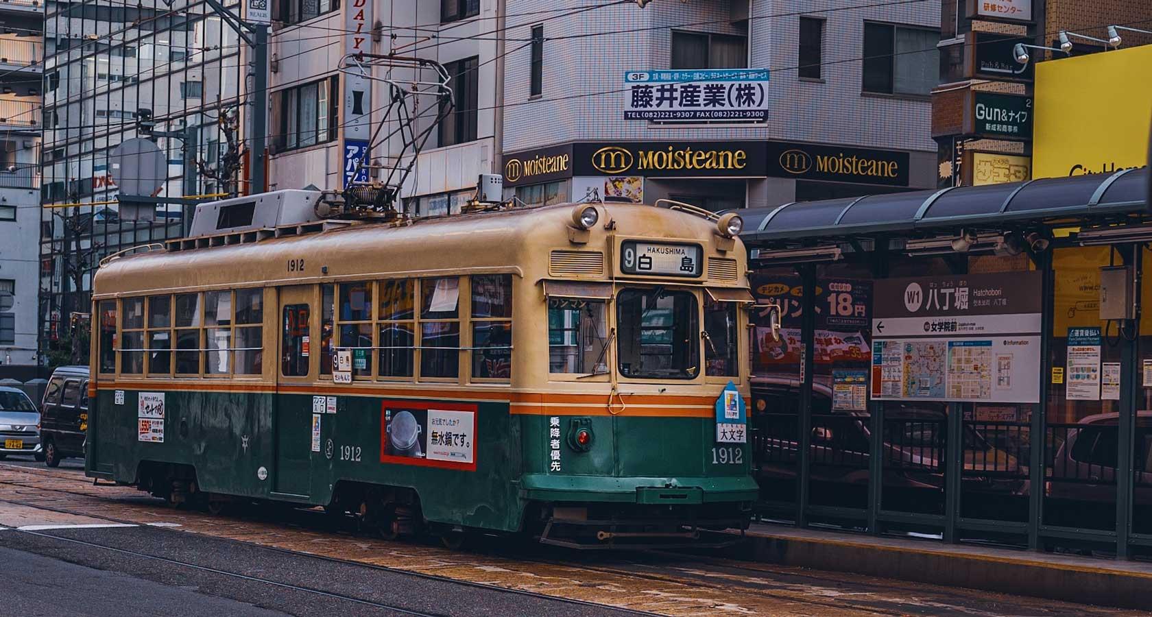 исторический трамвай города хиросима япония