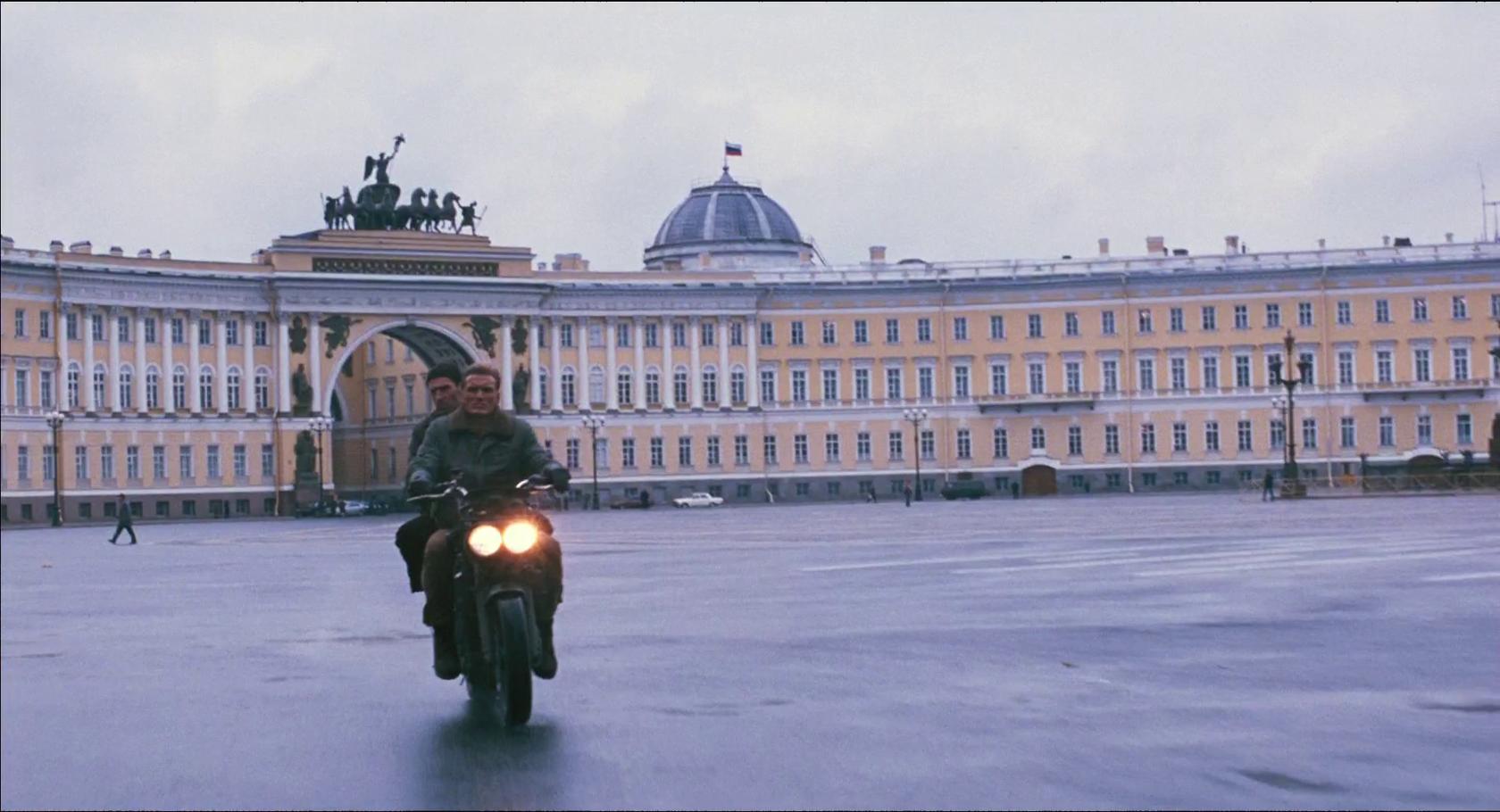 Дворцовая площадь – Лундгрен с компаньоном красиво пересекает её на мотоцикле.
