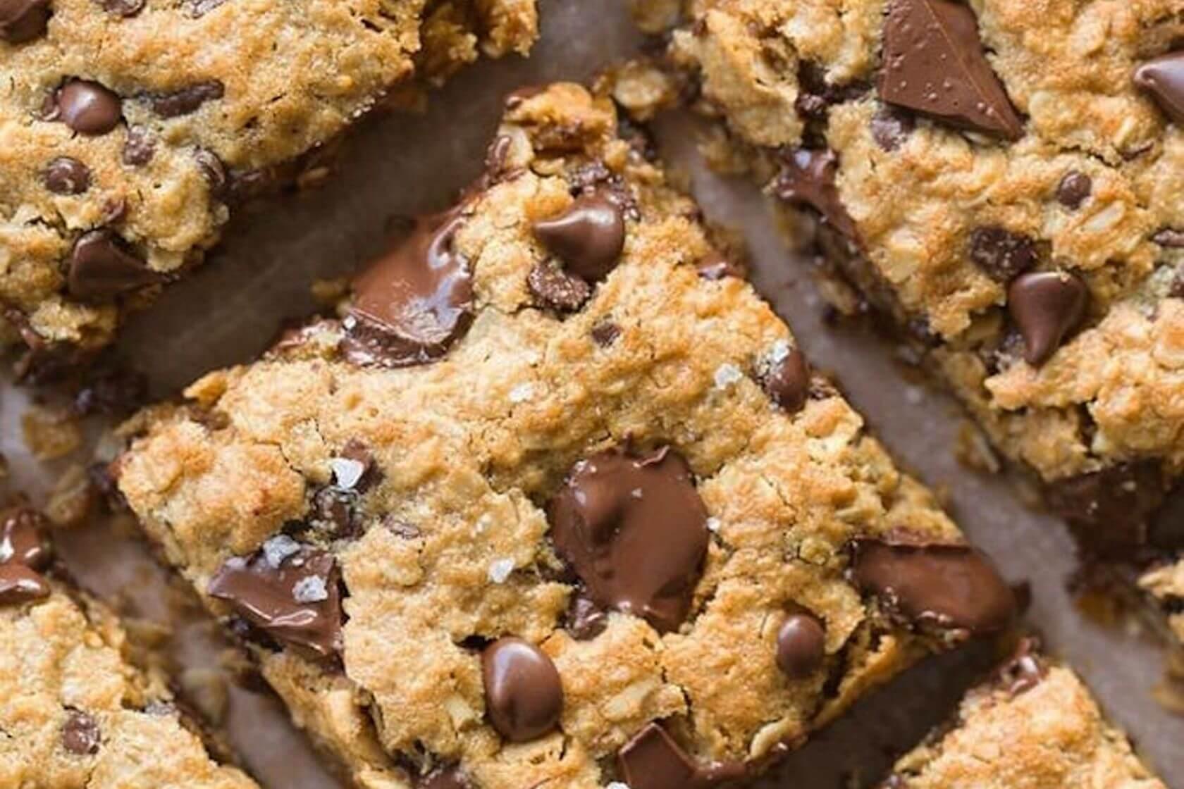 Веганская запеченная овсяная каша с шоколадом и арахисовой пастой