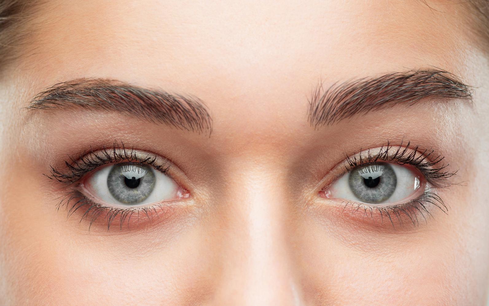 العيون الصغيرة للمرأة