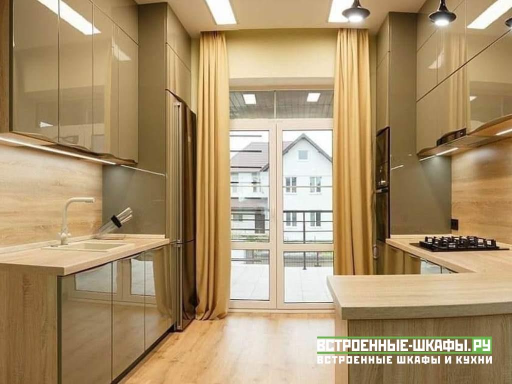 Большая кухня на две стены в частном доме