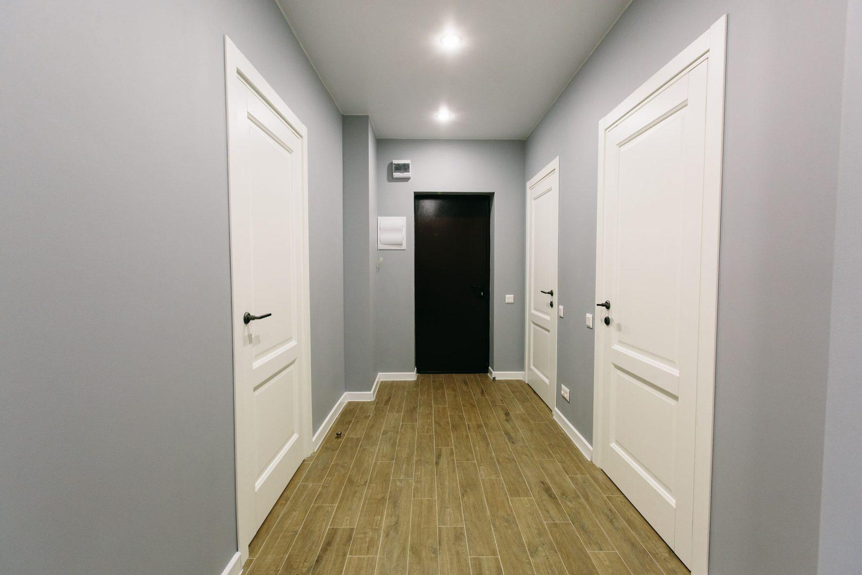 того, темный ламинат и белые двери фото одном снимков