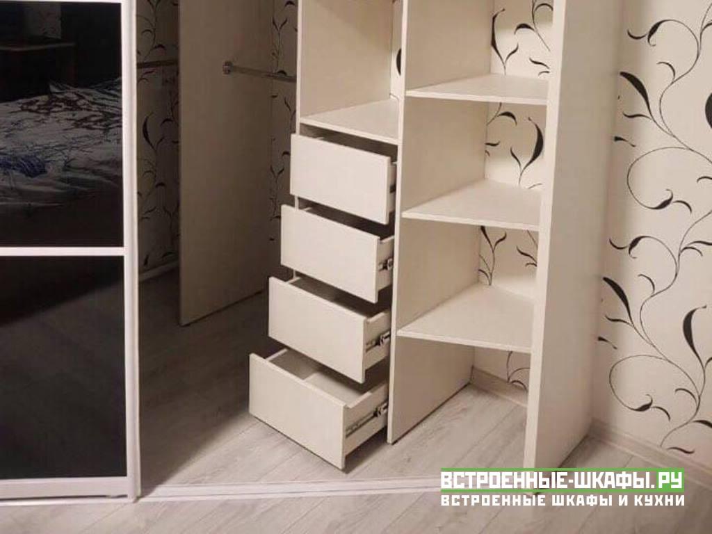 Угловой шкаф купе трапециевидный с черными стеклами лакобель