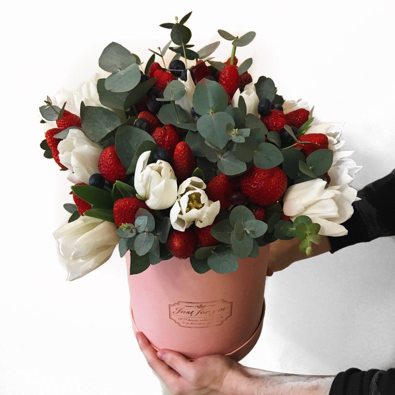 Цветов корзинке, как оформить в букет деньги и ягоды