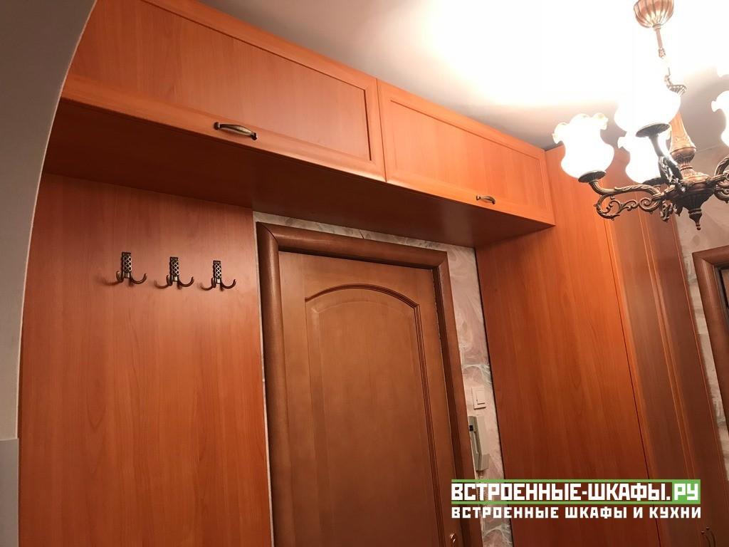 Встроенный шкаф с антресолью над входной дверью в прихожей