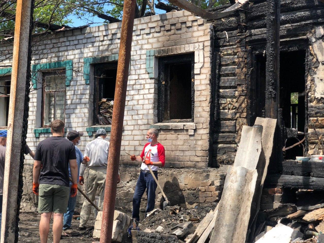 Активисты помогают убрать последствия пожара