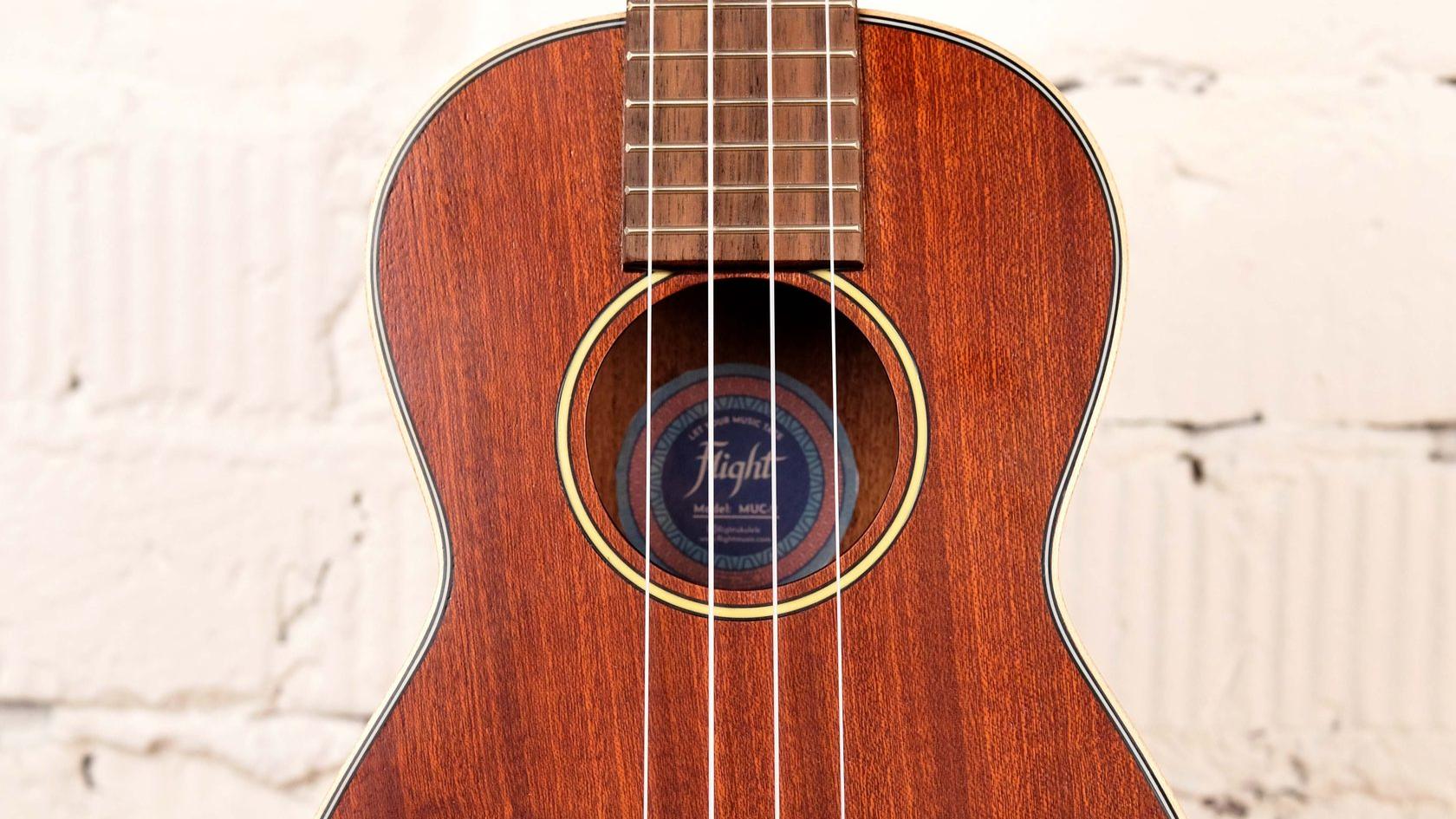 купить укулеле концерт Flight из массива с фирменным чехлом в комплекте в магазине укулеле Ukelovers, укулела, красная укулеле, ukulele concert, укулела