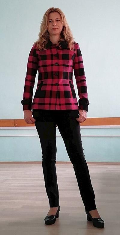 Карирано дамско палто от вълна, което може да се носи като дебело сако и е подходящо за есен 2021 и топлите зимни дни на 2022. Виж още модерни дамски палта в онлайн магазин Ефреа.