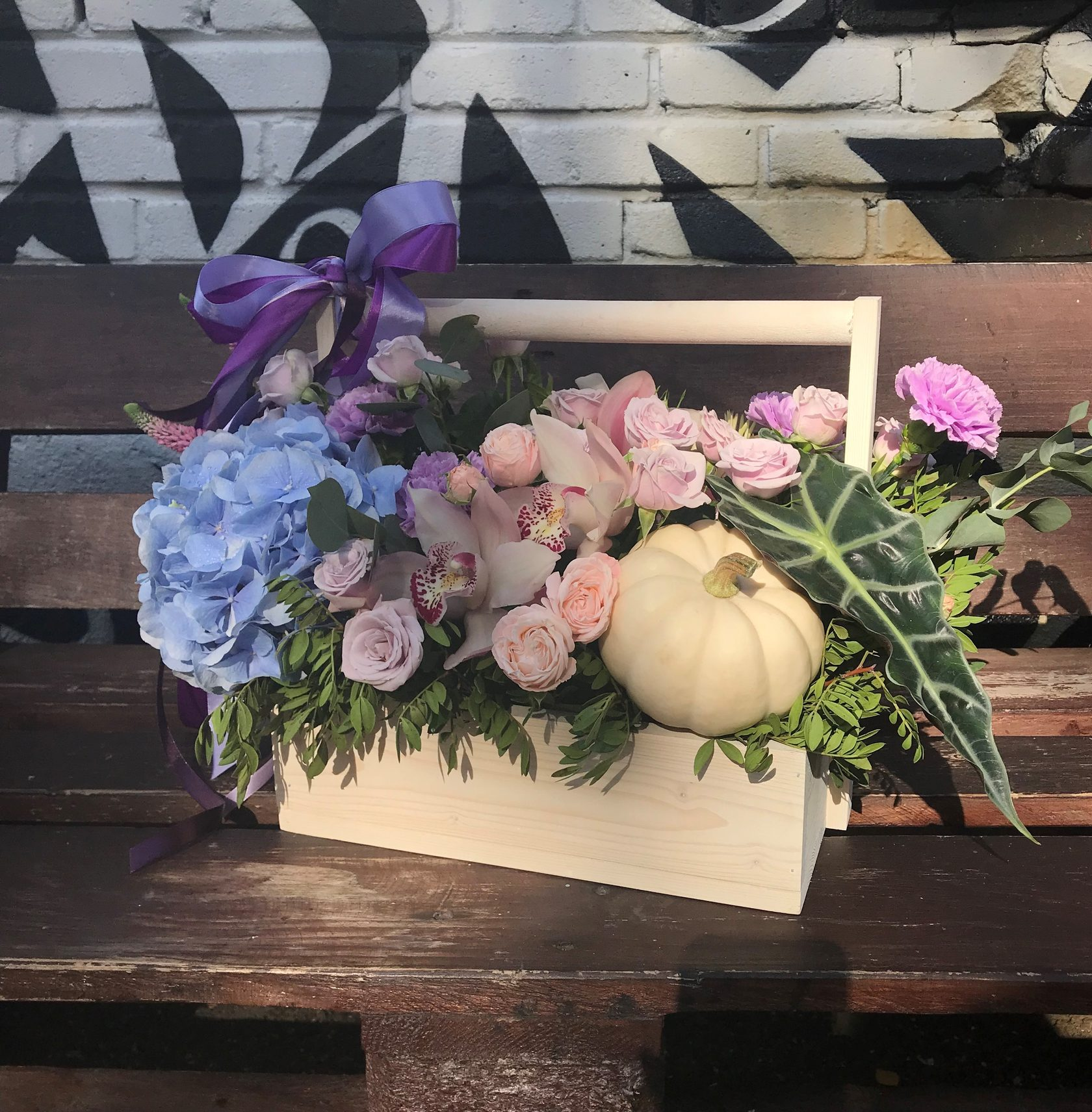 Цветочная композиция в деревянном ящике. Фото 1