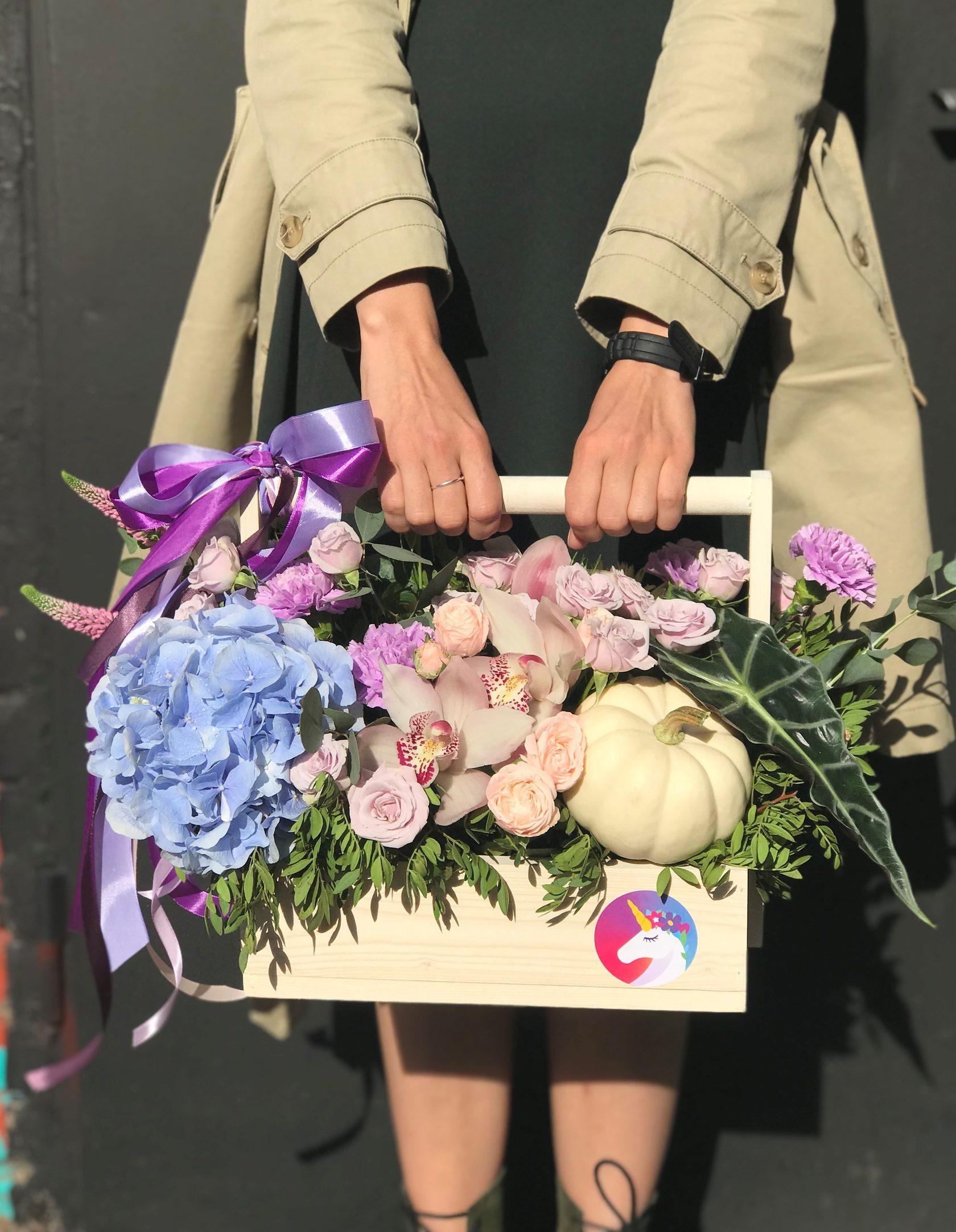 Цветочная композиция в деревянном ящике. Фото 2