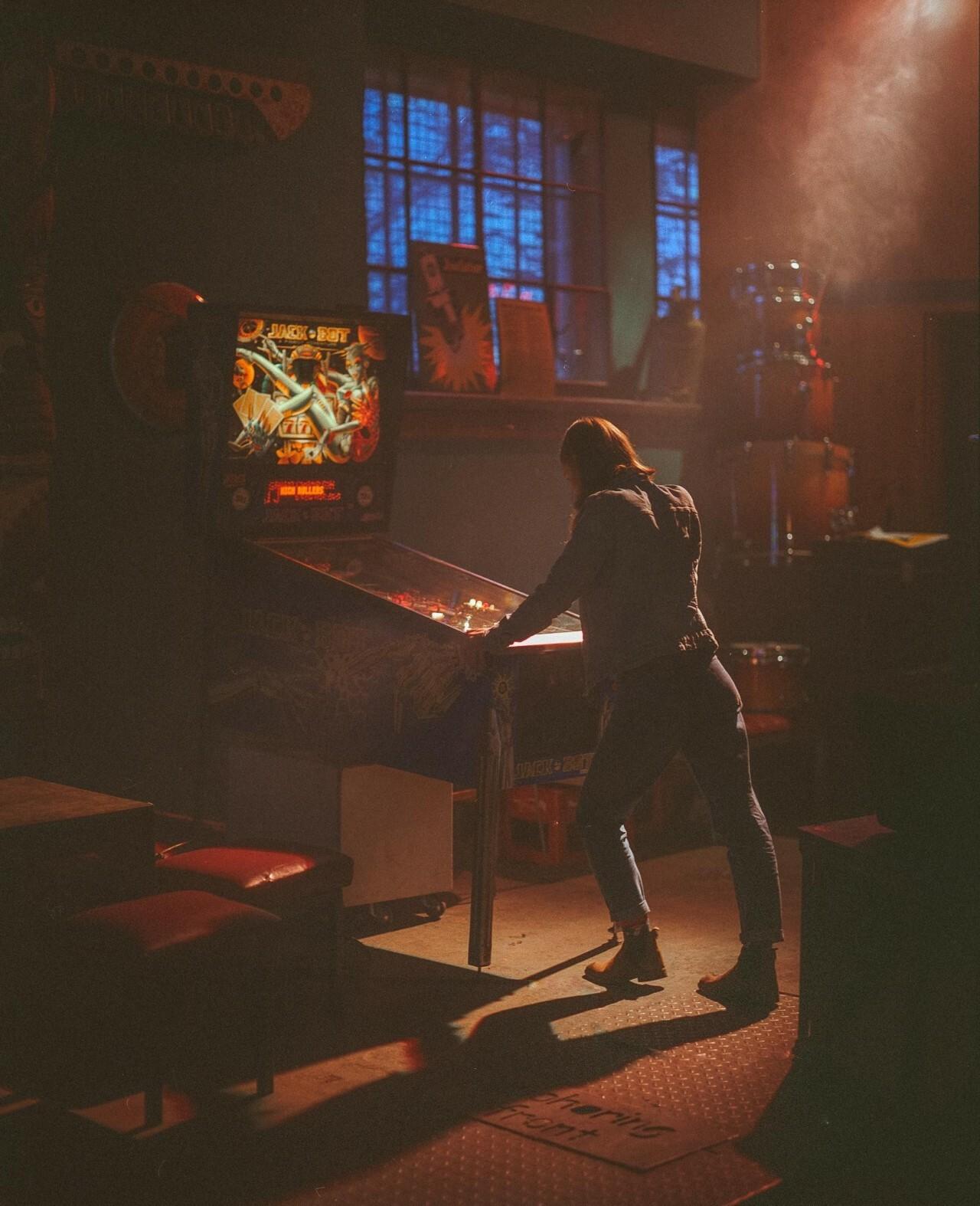 Девушка у игрового автомата. Фотограф Матеуш Журовски