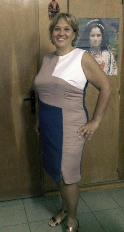 Трицветна дамска рокля, налична и в големи размери.