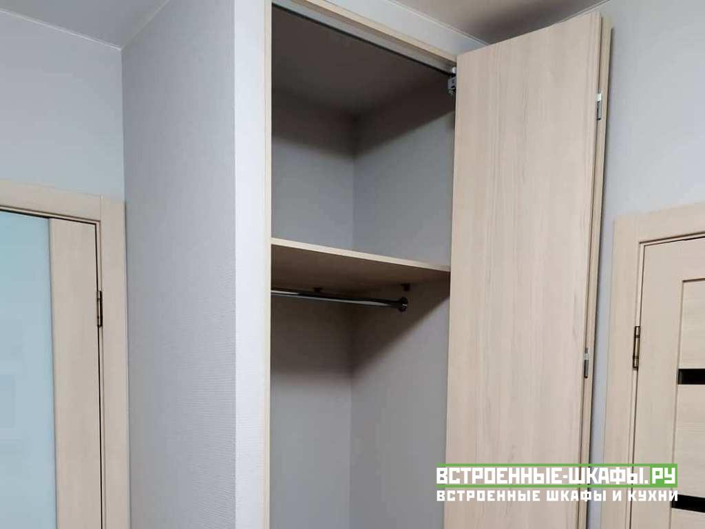 Встроенный в прихожей шкаф гармошка