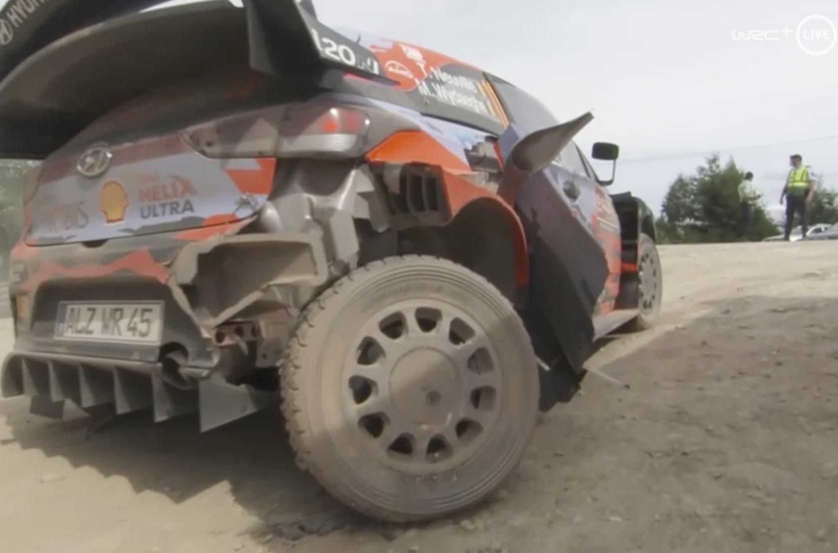 После аварии: Тьерри Невилль и Мартейн Видаге, Hyundai i20 Coupe WRC, ралли Португалия 2021