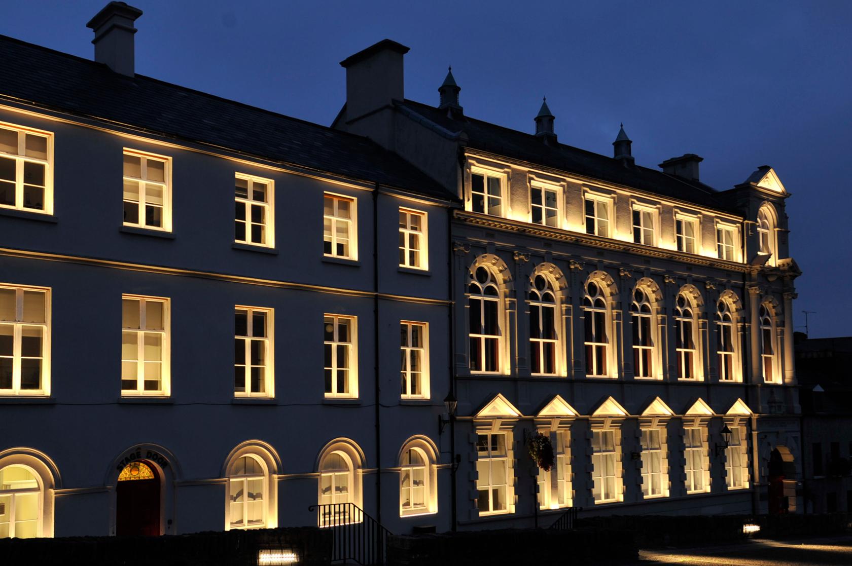 Пример освещения окон на фасаде здания