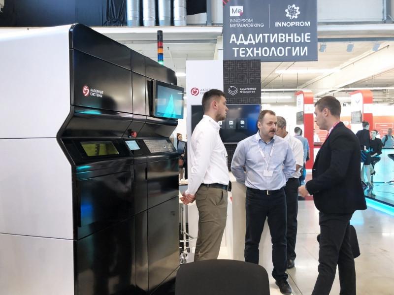 В июле 2018 готовый 3D-принтер со стеклопластиковым корпусом уехал красоваться на выставку «ИННОПРОМ» в Екатеринбург. Имел успех (ну ещё бы). Photo: Laser Systems