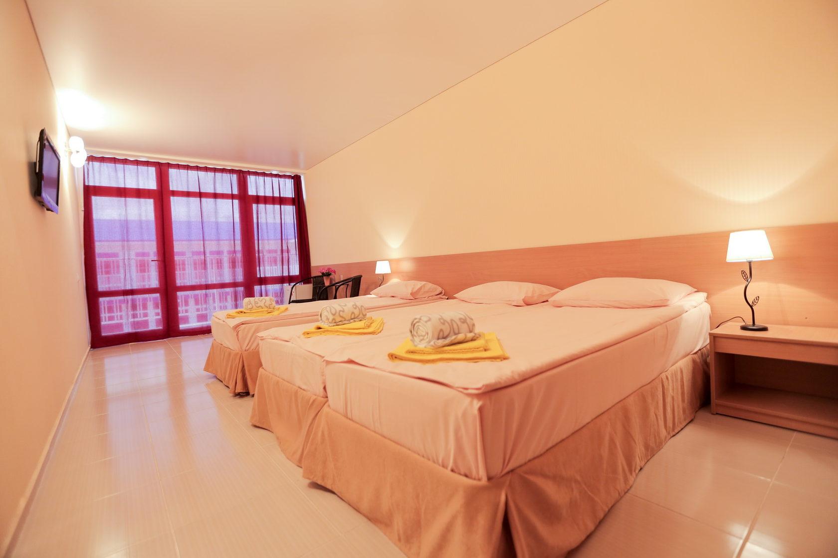 Трехместный номер с панорамными окнами в отеле Марсель (Лермонтово)