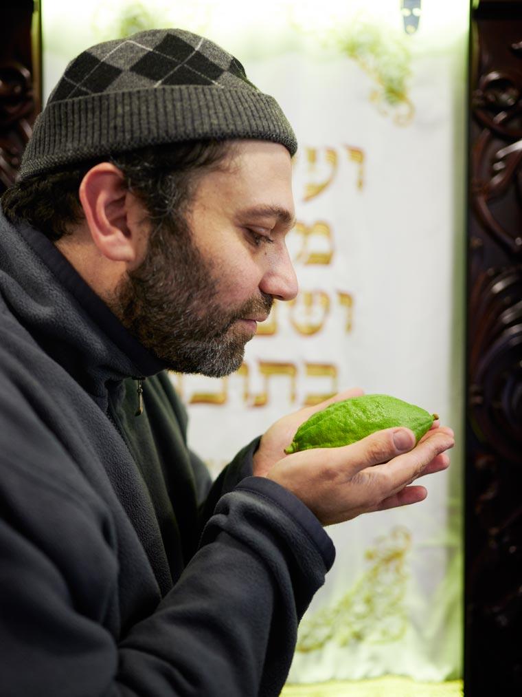 Еврей с этрогом. Фото Koldunova + Klyosov