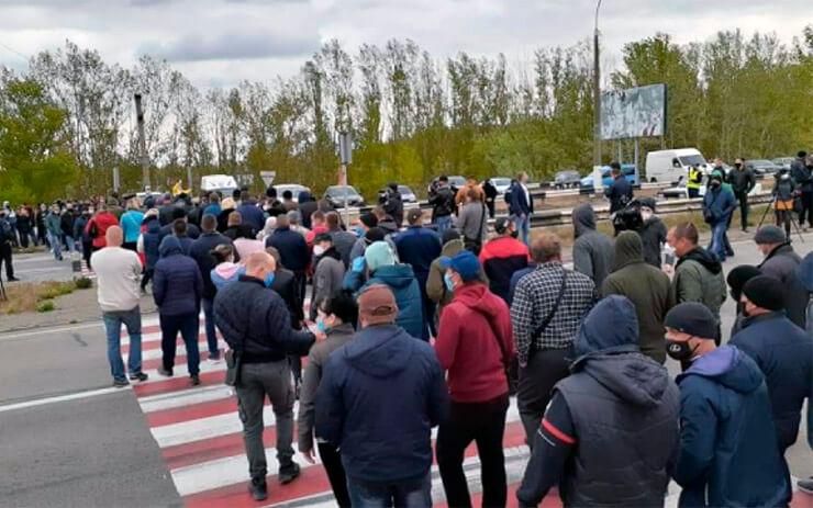 Херсонские фермеры перекрыли Антоновский мост - фото