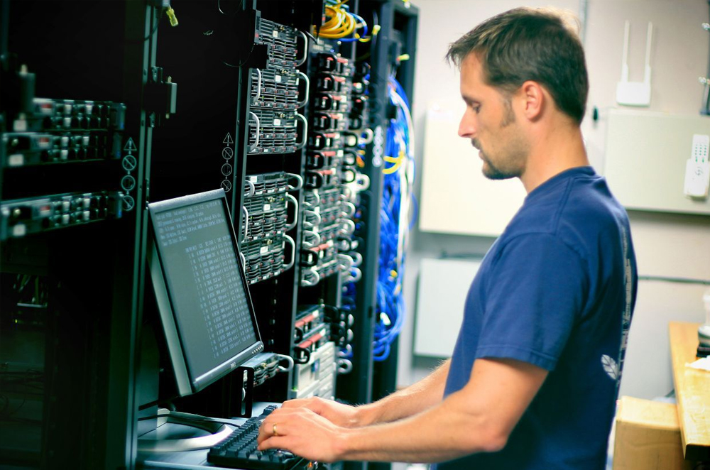 computer specialist career Because computer specialist jobs can be diverse, many candidates need just an associate's degree to do their job well to secure a more advanced role, however, computer specialists may need to earn a bachelor's degree.