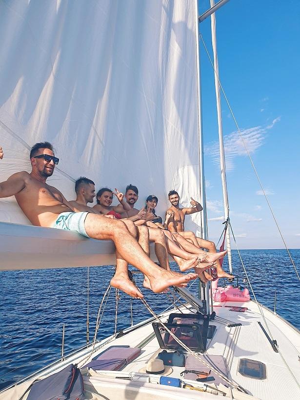 Чем бы таким заняться на яхте? На мачте фотку сделать.