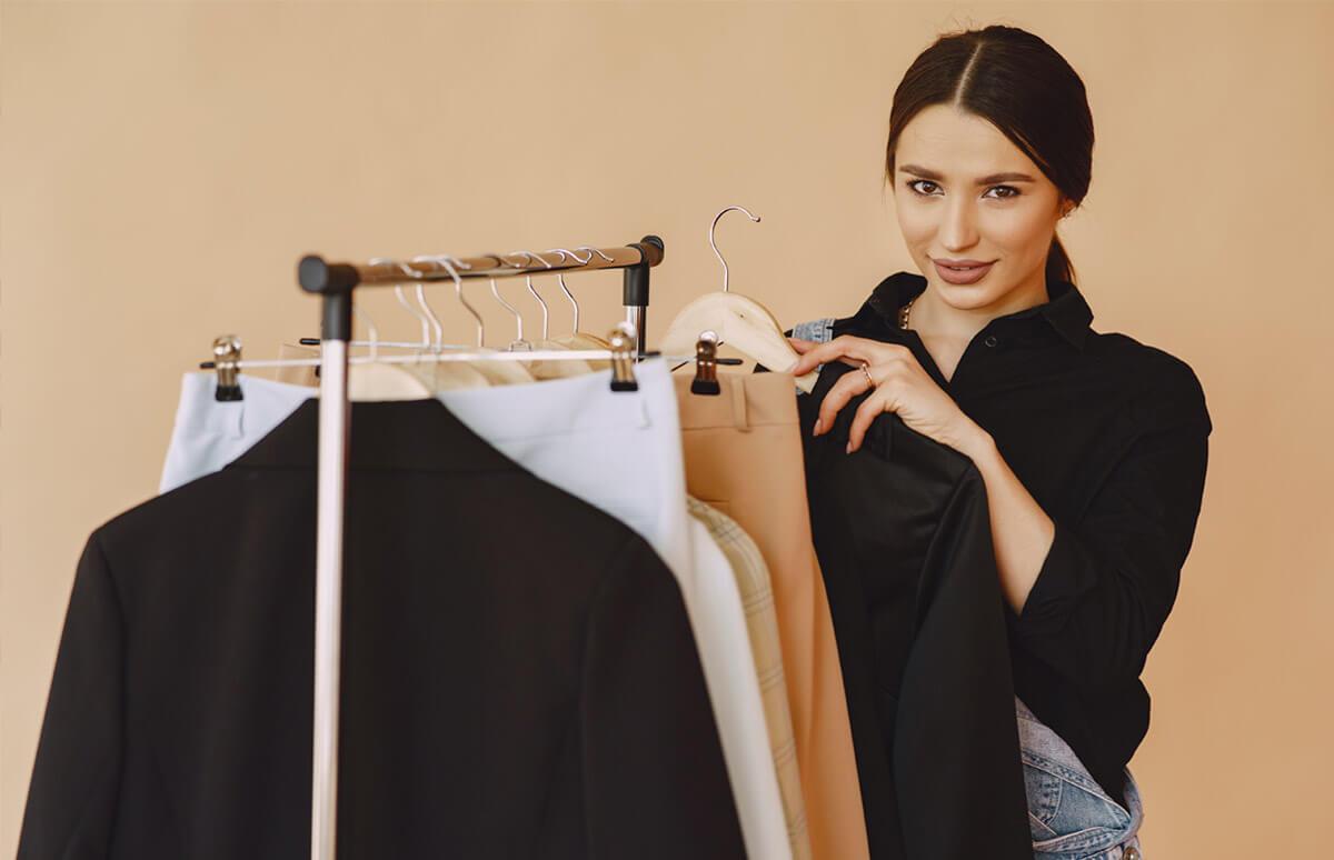 Вижте кратка история за символиката на черния цвят и черните дрехи през различни епохи до наши дни, предложения за черни дамски дрехи от онлайн магазин Efrea и как да ги поддържате така че да не избледнеят.