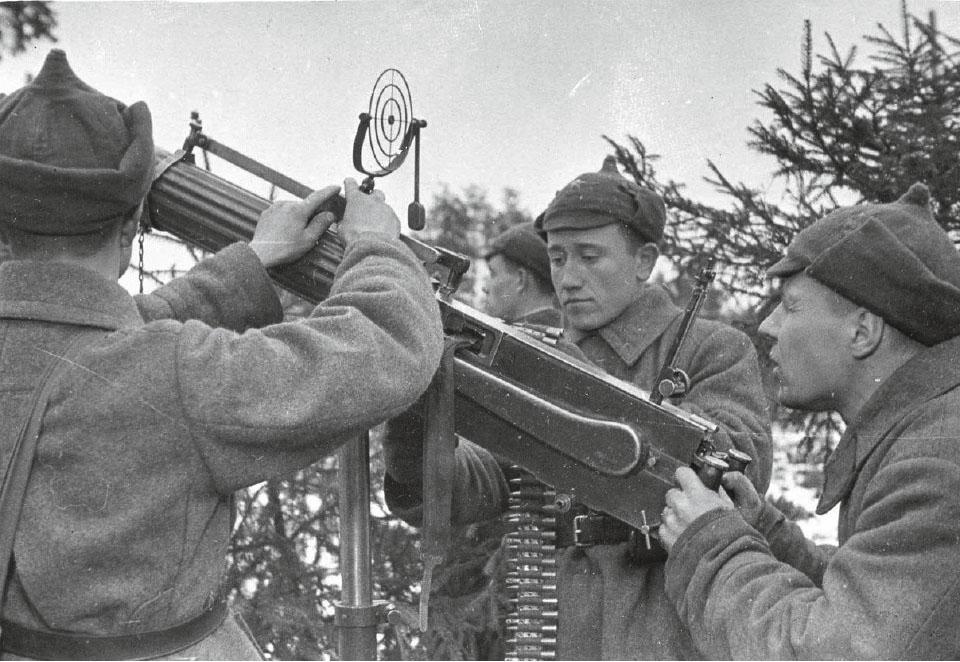 Советские солдаты готовят пулемет Максима для ведения зенитного огня, 1939–1940