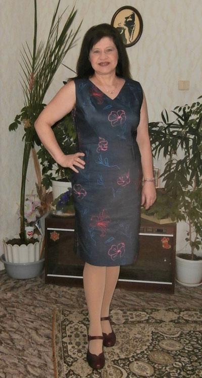 Вталена дамска рокля, налична и в големи размери за едри дами.