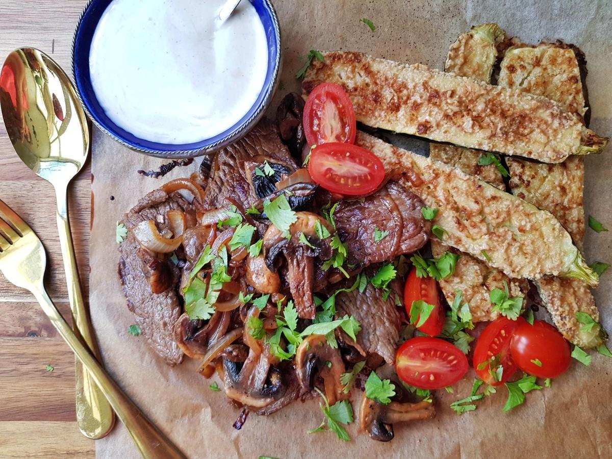 Тушеные кабачки с кунжутной пастой и жареное мясо (шайтель). Вкусный Израиль.