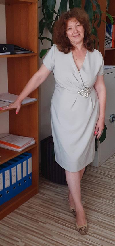 Изискана рокля в неутрален сив цвят.